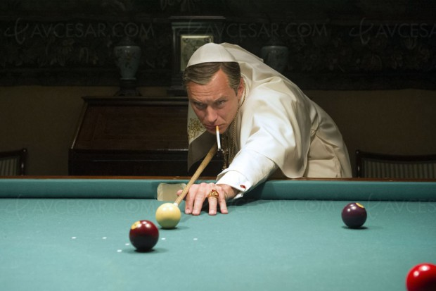 The Young Pope saison 1, Jude Law illuminé et brillant