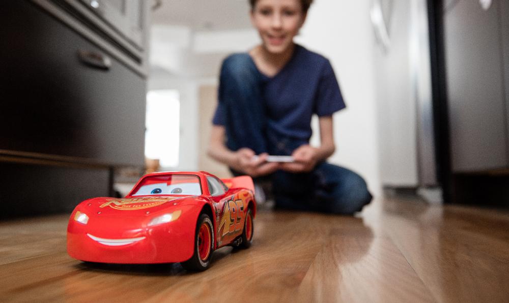 voiture t l command e sphero ultimate lightning mcqueen le personnage vedette de cars 3 dans. Black Bedroom Furniture Sets. Home Design Ideas