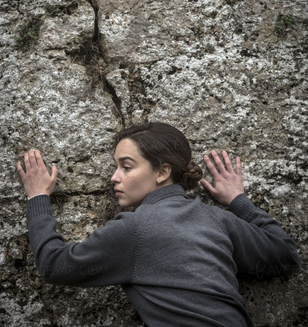 Voice from the Stone, Emilia Clarke entend des voix