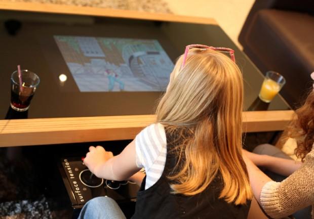 Table basse Nucleus avec PC et borne d'arcade intégrés