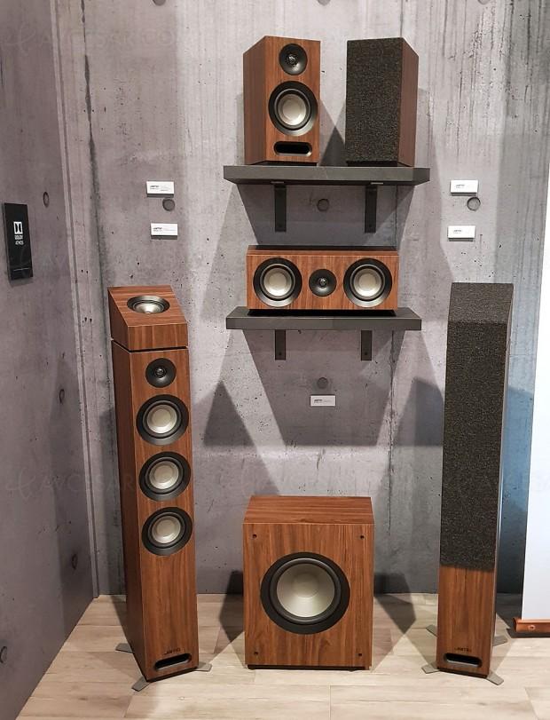 CES 18 > Enceintes Jamo Studio 8 Series Home Cinéma, avec colonnes et bibliothèque modulaires Dolby Atmos, de 5.1.2 jusqu'en 7.1.4