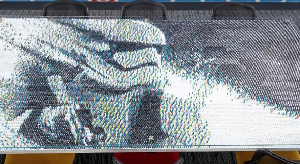 28 000 punaises pour… une table Stormtrooper !