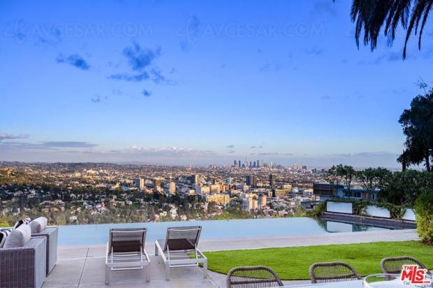 Maison à vendre à Hollywood avec Home Cinéma tout blanc (qui a tout faux)