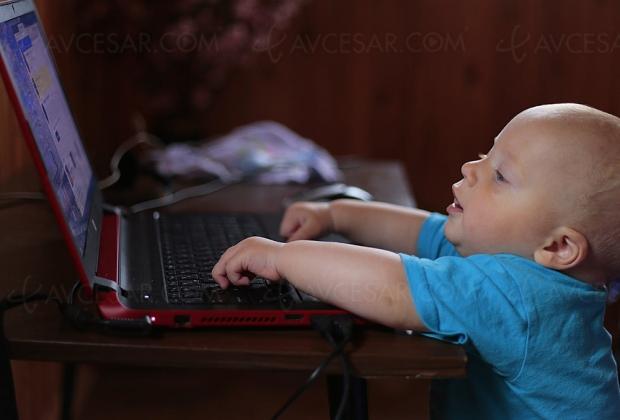 Deux écrans à la fois pour la majorité des enfants