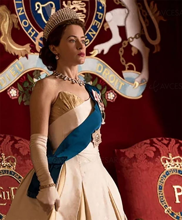 Claire Foy de retour dans The Crown en robe blanche…