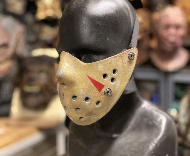 Masque chirurgical en mode Vendredi 13, distanciation assurée